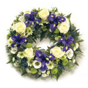 Begravelseskrans i hvitt og blått fra nettblomst.no