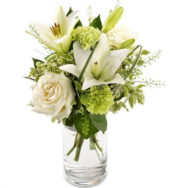 """""""En personlig hilsen""""-blomsterbukett med roser, liljer og grønn pynt fra nettblomst.no"""